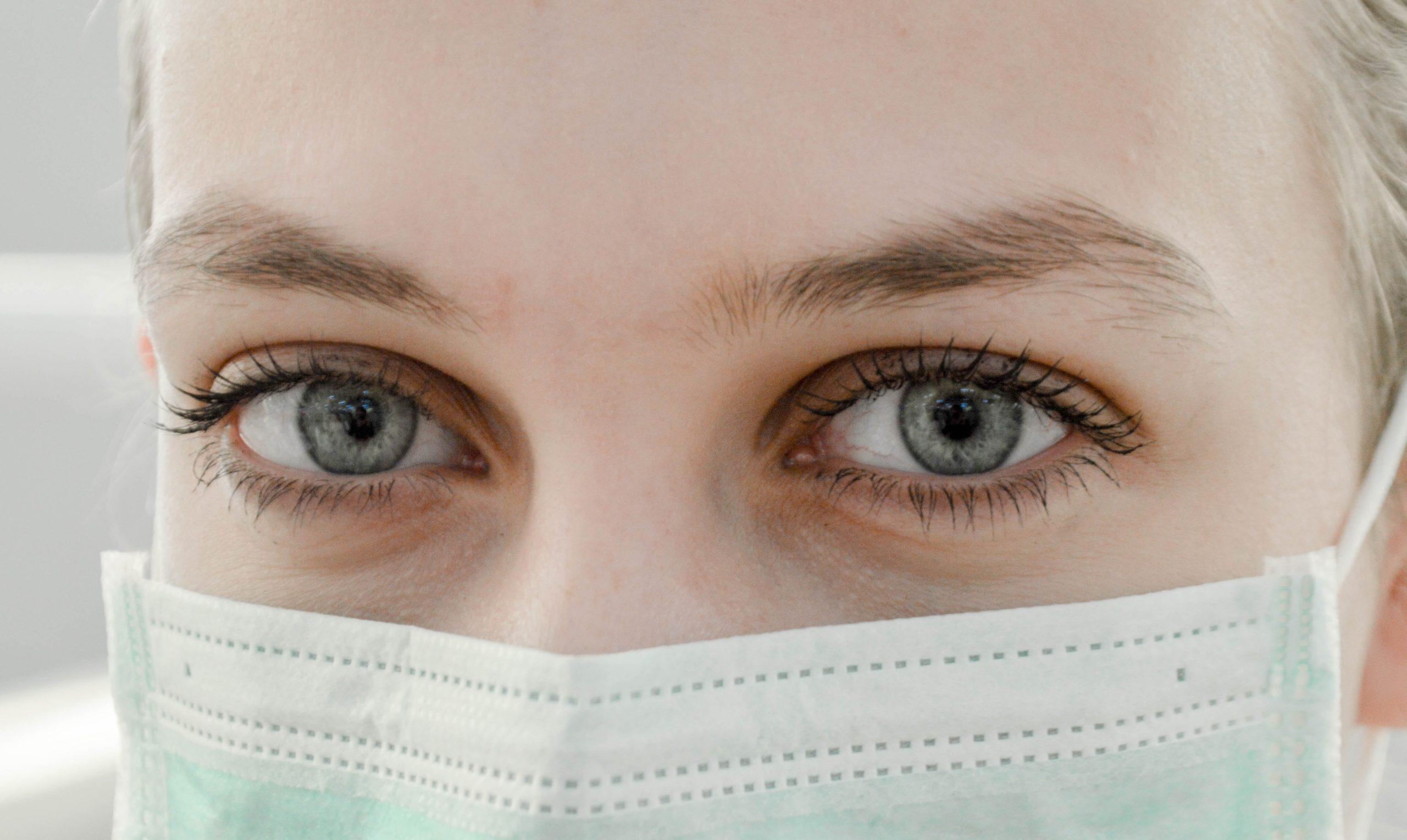 Visage couvert par un masque